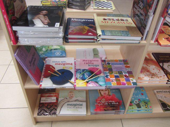 Buchgeschäft in Klaipeda: das Regal mit den Strickbüchern