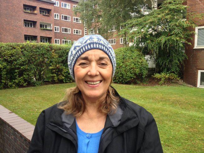 Betty in Hamburg mit der neuen Mütze