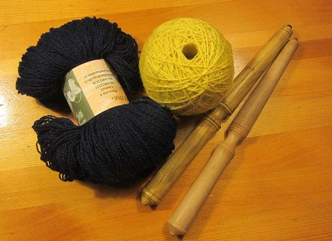 Nostepinne mit blauer und gelber Wolle