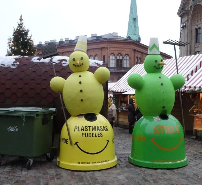 Weihnachtliche Müllcontainer