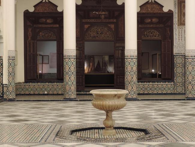 Säulengang und Brunnen im Innenhof