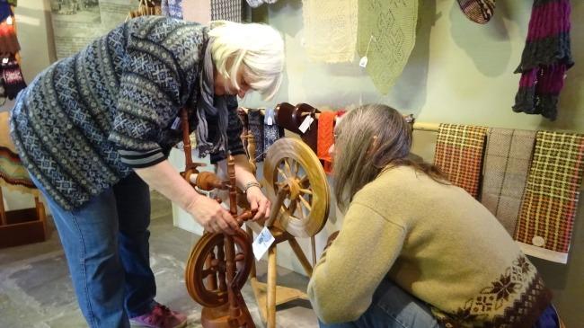 Brita und Deb inspizieren das Spinnrad