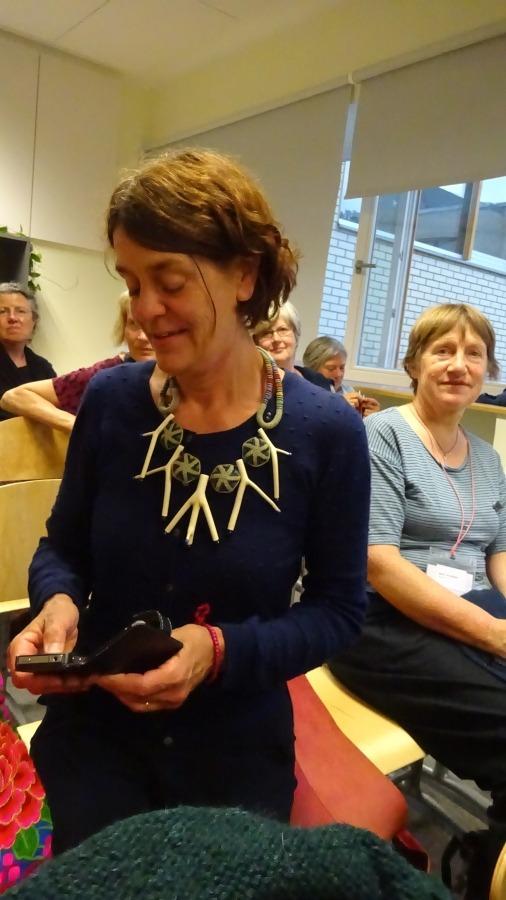 Martien trägt eine Kette von Linda Magi