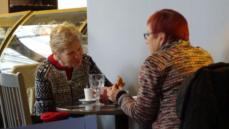 Zwei Damen im Café