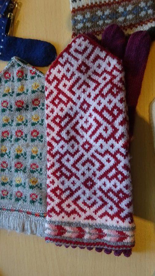 rotweißer Handschuh mit einem Webmuster