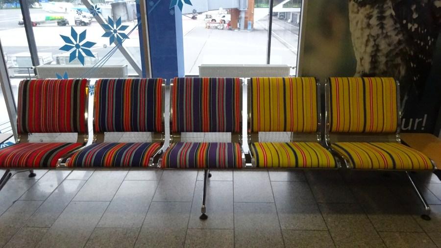 Muhu-bunte Stühle am Flughafen in Tallinn