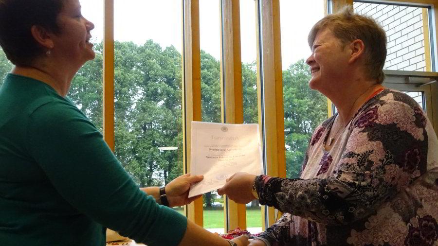 Ave Matsin überreicht die Teilnahme-Diplome