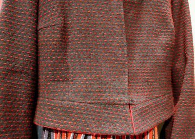 Wolljacke mit roten Akzenten
