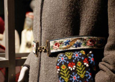 Wollstoff, Perlengürtel und Handschuhe