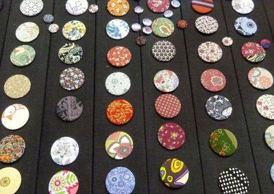 Buttons für das Anu-Raud-Stipendium
