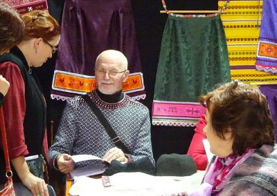 Ein Mann in einem wunderschönen Kihnu-Pullover