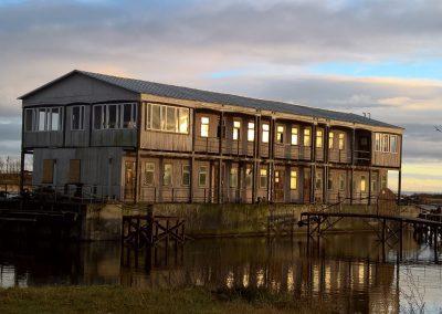 Sehr eigenartiges Gebäude am Hafen von Engure