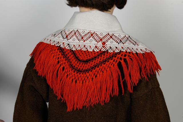 Frauentracht aus Saarema / Mustjala, Rückansicht Kragen und roter Wollschal