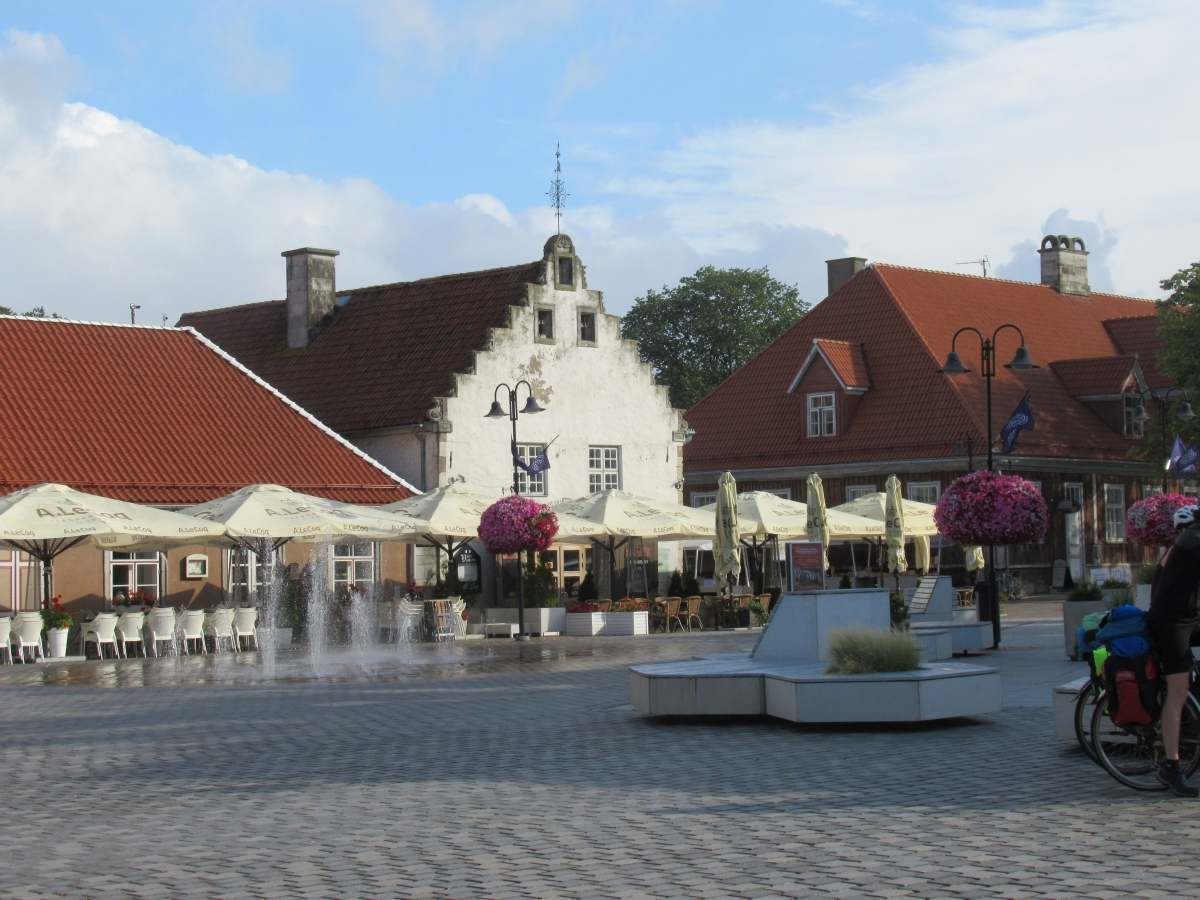Der Platz an der Tallinn Straße mit dem Waagehaus